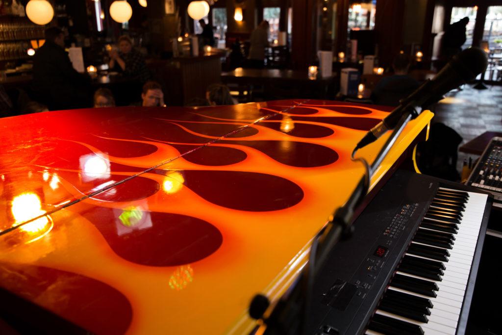 Piano met vlammen bij Café Van Buren