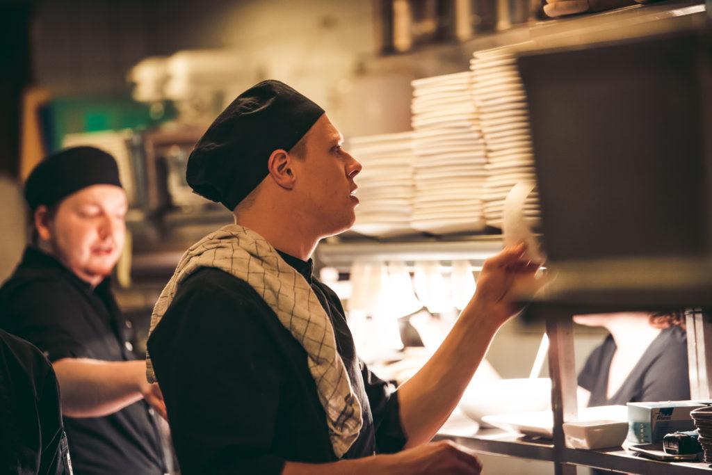 Kok leest bestelling in de keuken