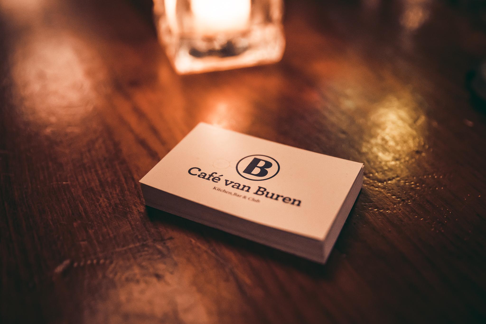 Visitekaartjes op de bar bij Café Van Buren