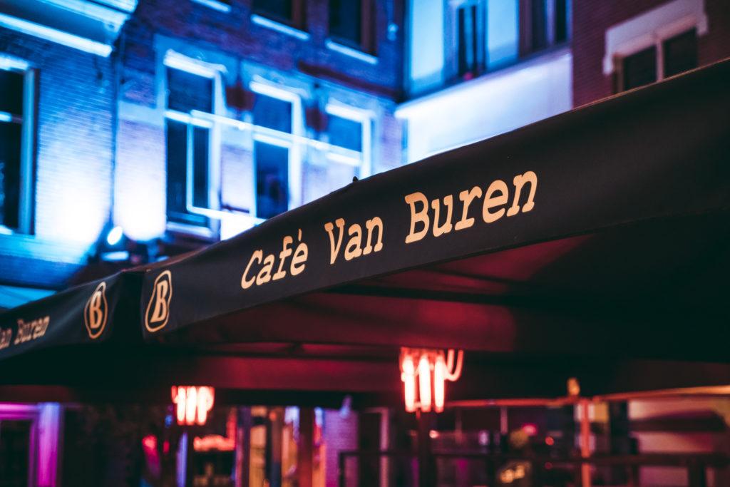 Parasol met heater bij Café Van Buren