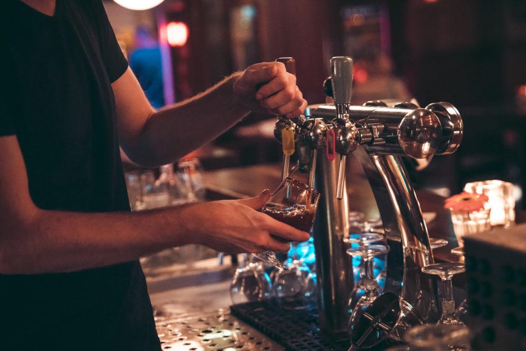 Bockbier wordt getapt bij Café Van Buren